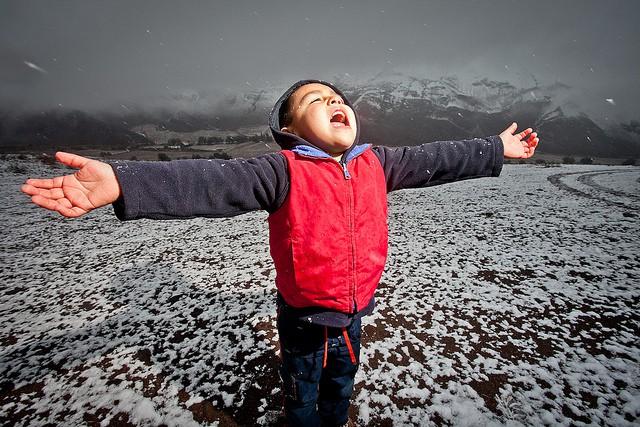 Un frente ciclonico en altura provoco bajas temperaturas y con ellos una nevazon que afectaron a localidades al interior de Copiapo y al sur de Vallenar. Un espectaculo pocas veces visto hizo que familias completas disfrutaran del raro fenomeno climatico.